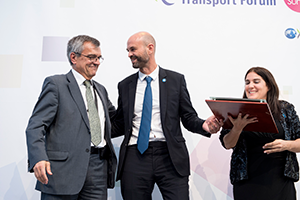 Guillermo Dietrich receiving the ITF 2017 Transport Achievement Award on behalf of Metrobus